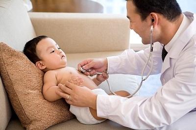 Chăm sóc trẻ không đúng cách gây ra hậu quả táo bón và nhiều hệ lụy khác