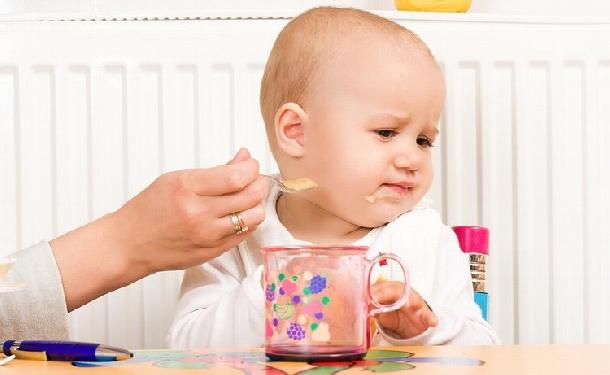 Nguyên nhân và cách khắc phục tình trạng bé biếng ăn